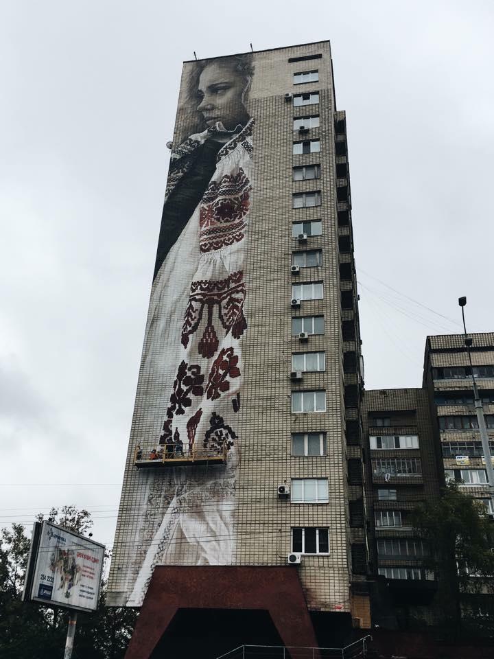 Художник 2 дня рисовал трогательный мурал на разрушенном доме в Авдеевке, несмотря на беспрерывные обстрелы - Цензор.НЕТ 6401