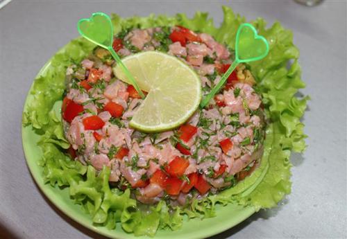 tartar_iz_lososia_s_tomatami